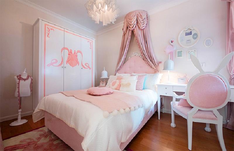 这间儿童房,色调一致的粉白色家具和卡通图案的装饰,充分满足了小公主的少女心。