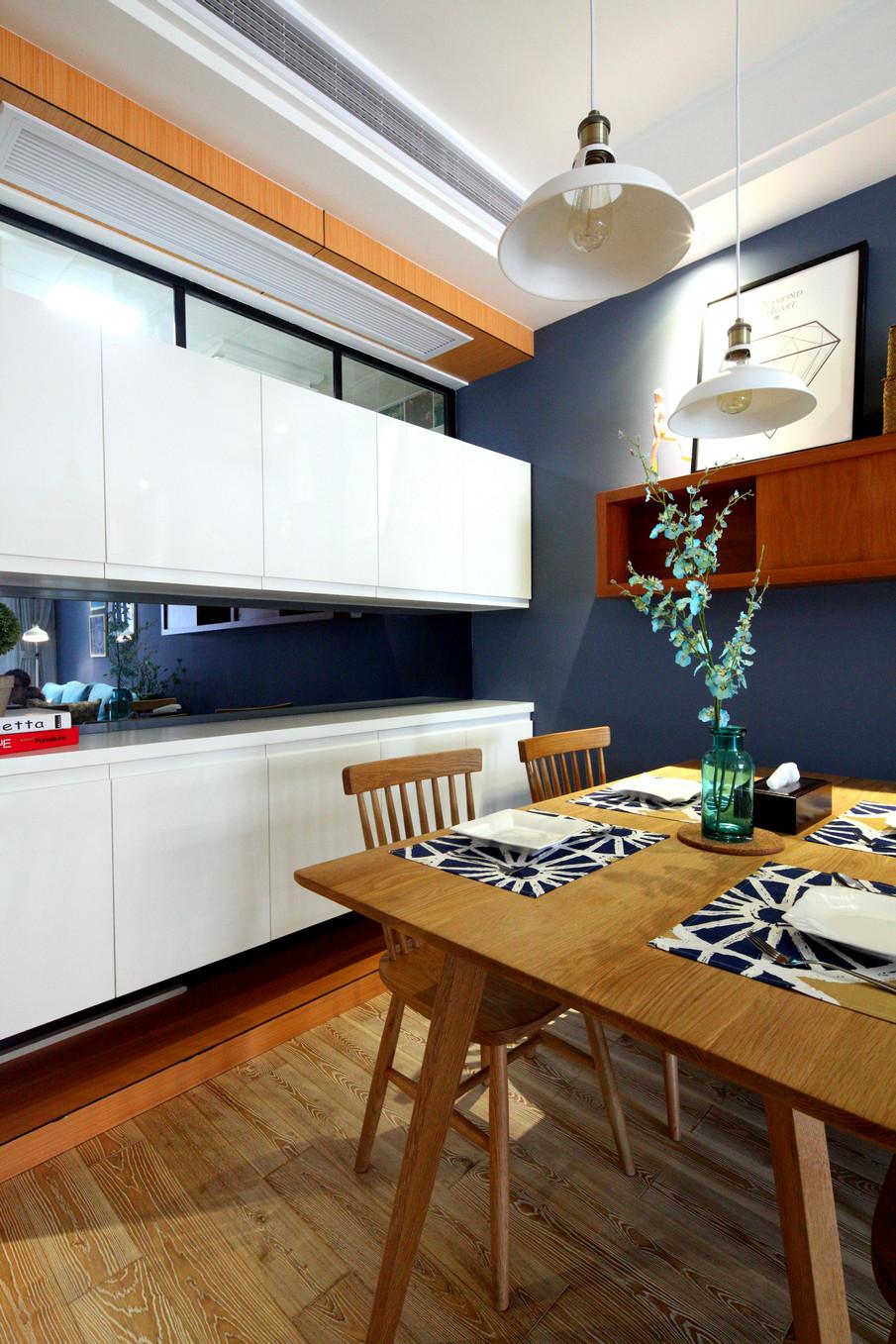 大胆的蓝色墙面搭配直逼自然的柔和色彩,在组合设计上注意空间搭配,充分利用每一寸空间,且不显局促、不失大气,解放了开放式自由空间;集装饰与应用于一体,在柜门等组合搭配上避免琐碎,显得大方、自然,其特有的罗马柱般的装饰线简洁明快。?