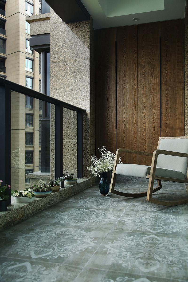 在家具配置上,白亮光系列家具,独特的光泽使家具倍感时尚,具有舒适与美观并存的享受。在配饰上,延续了黑白灰的主色调,以简洁的造型、完美的细节,营造出时尚前卫的感觉。