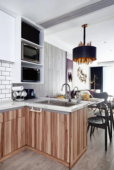 在混搭风格的居室内,既可以有欧式的家具,也可以有中式的饰品;既能够在客厅里体会到怀旧的感觉,也能够在卧室或阳台上发现休闲、轻松的元素。但不管怎样包容,绝不是生拉硬配,而是和谐统一,百花齐放,相得益彰。所以,混搭设计的重点是要形成统一的风格,细致到每一个角落,包括一个装饰品的运用都要独具匠心?