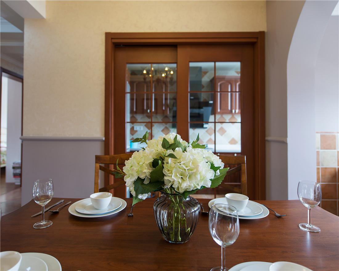 打造舒适的就餐环境,同样也保留了与客厅空间的沟通性