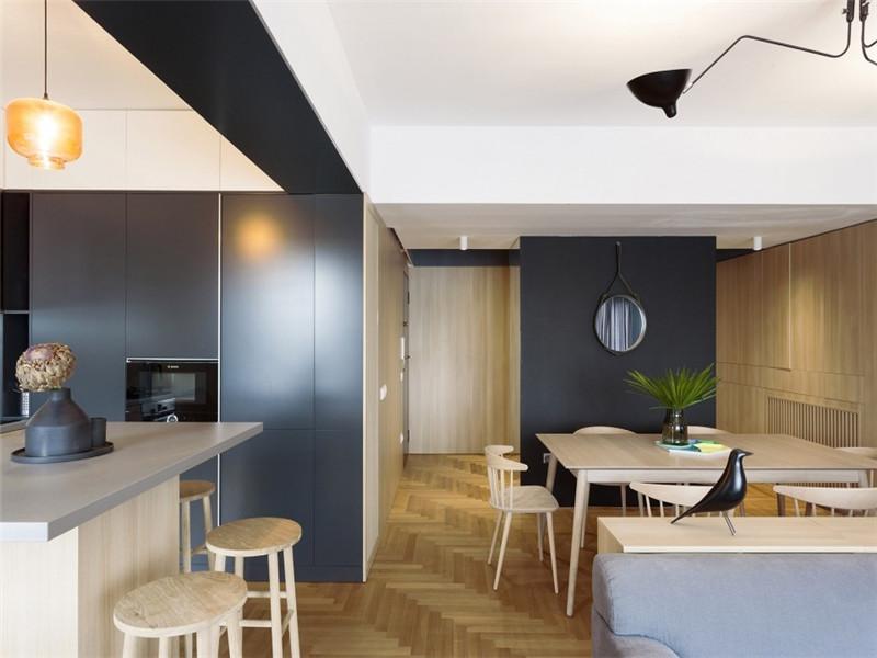 功能由此在这个共同的空间里实现,水平和垂直放置的木材遮盖住储藏区域,为空间带来整体感和流畅感,与此同时也为整个公寓建立了一个中性的背景。
