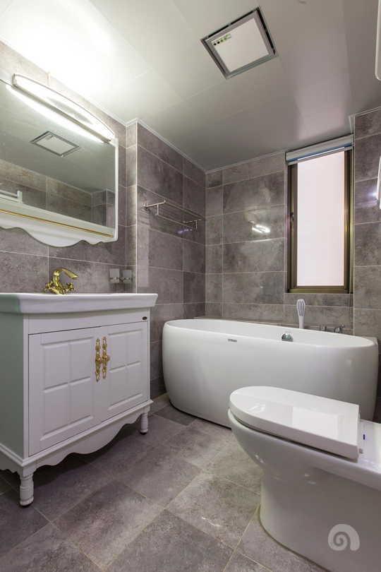灰色的瓷砖与白色洁具的对比让卫生间充满现代又复古的气息。