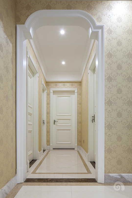 用木制哑口隔墙的处理方法从视觉上缩短了过道的长度,简洁而大气!