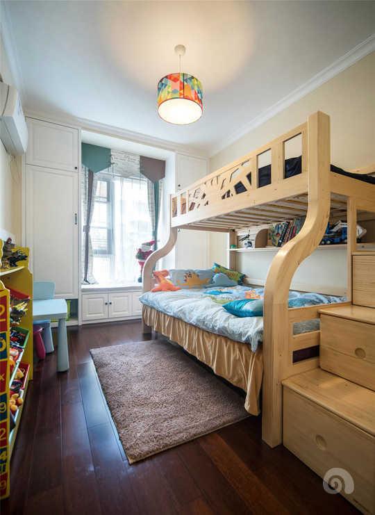这间房间是男孩子的房间,为了能放的下2米5长的高低床,采用窗户收纳设计,就是在窗户两边分别做了两个很大的立柜和飘窗柜,充分利用窗户两边的空间。