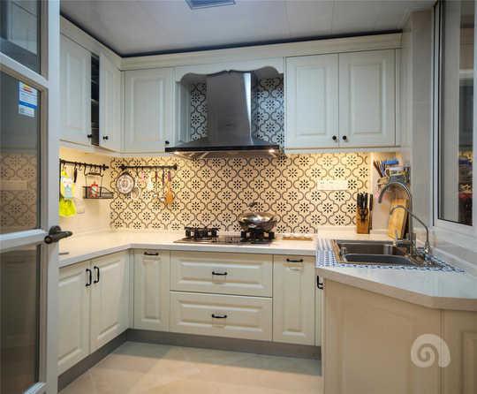 因为厨房在整个户型当中属于内退式厨房采光并不怎么好,所以在橱柜吊柜底部都采用了灯光设计提升空间亮度的同时可以提升空间的质感。
