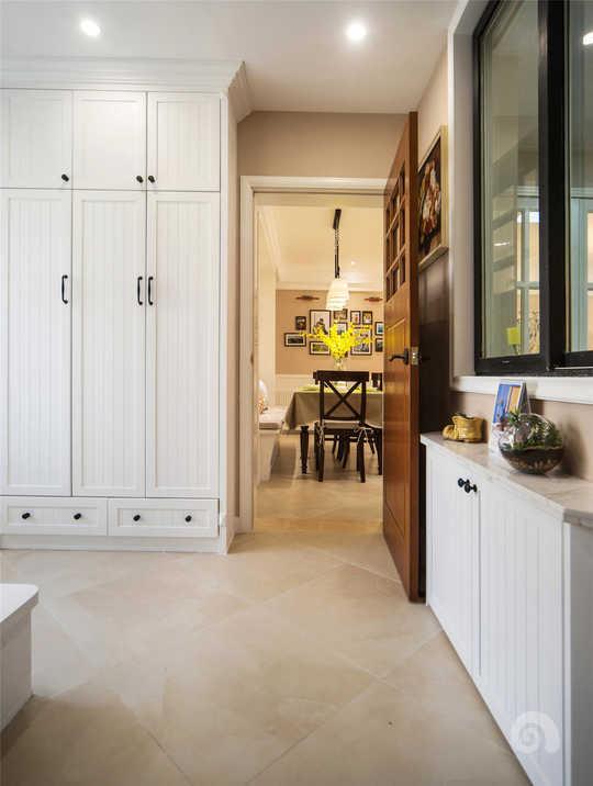 玄关是进门的第一印象和功能需求最强烈的地方,所以玄关区域设置了大量的鞋帽柜,满足收纳需求,同时为了增加玄关和客厅的内的呼应,设置了深色玄关门。