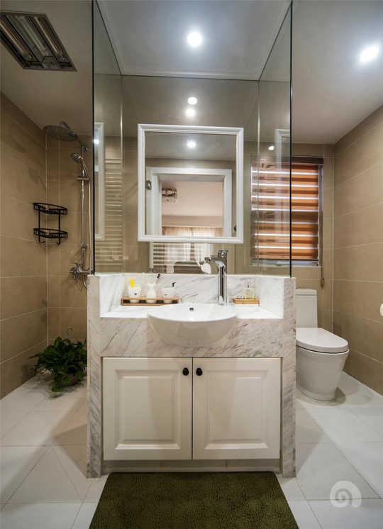 主卫里面采用中置洗脸台的设计,左手边是淋浴区,右手边是马桶区域,洗脸台背面是沐浴桶。马桶区域和淋雨区是分开独立的各自有隔断门。