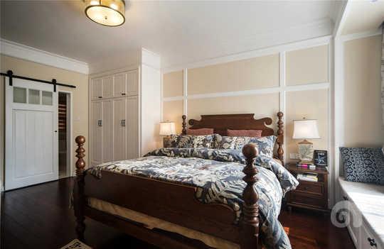主卧空间采用开放式布局,并没有再床的旁边设置大量的纵向衣柜,而是跟床头背景在一条线上,拉大视觉效果,做到了真正的大卧室。