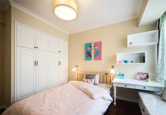 女儿房采用嵌入式柜体设计,原本的飘窗做了成了收纳柜和书桌充分利用了这个空间的每个地方。