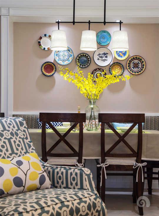 餐厅区域在软装房门继续延续客厅的感觉,舒适的墙面颜色搭配一点跳跃色系让空间显得更加灵活。