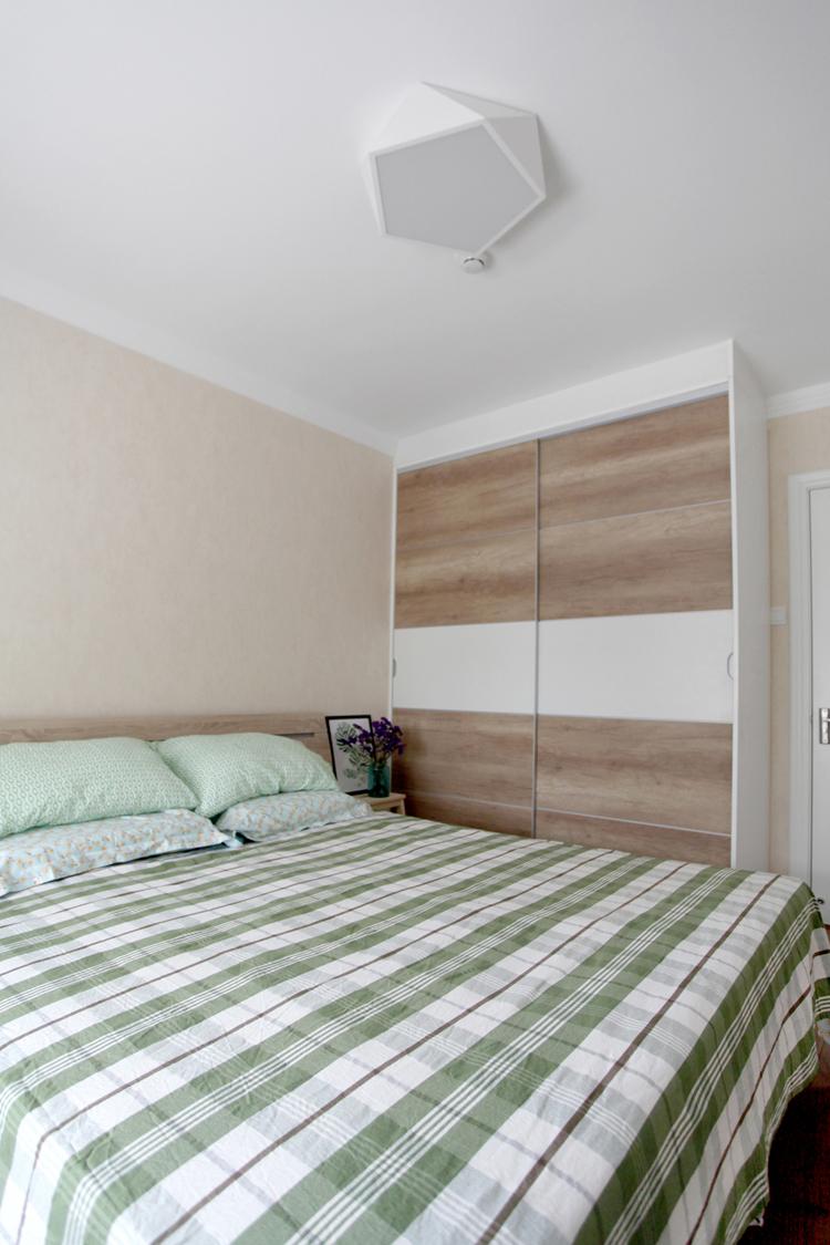 日韩风格二居室卧室衣柜装修效果图欣赏