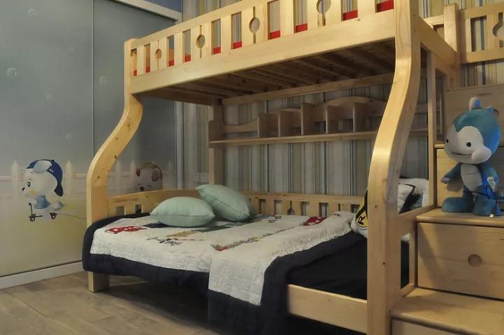 儿童房以木质上下床,下铺的里侧还带有书架,方便孩子保存玩具或书籍;而儿童房的衣柜门,也是贴上了创意的卡通图案,显得可爱又童趣;