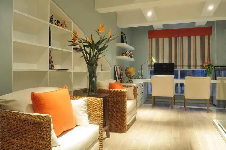 在宽敞的走廊里摆一套藤椅座椅,座椅后方是入墙书架,坐在这里即可喝茶闲谈,也可以在这里看书阅读;