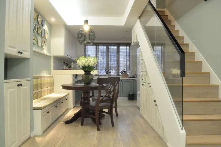 餐桌后面的楼梯空间,被利用起来作为收纳柜,实用又美观大方;