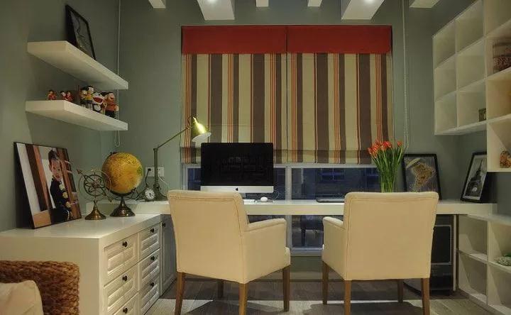 走廊靠窗的位置,装了个开放的书房,大面积书桌+2张座椅,可以满足2个人同时使用;