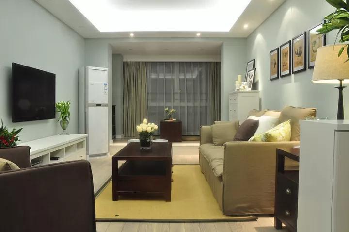 客厅以浅蓝色墙面基础,搭配土黄色的布艺沙发+深色茶几+白色电视柜,轻松而又稳重的现代美式氛围,真得很棒;电视墙简单简洁,只是刷上浅蓝的乳胶漆,搭配电视柜的绿植,显得相当的精致清新;
