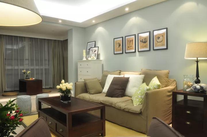 沙发墙挂上几幅暖调的装饰画,沙发侧边靠近阳台一段摆了一个斗柜抽屉,方便存放收纳一些杂物;