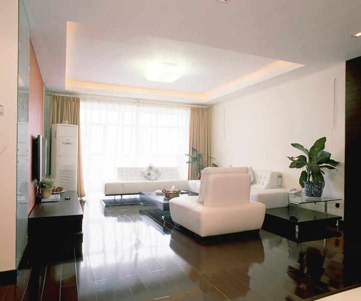 温馨、典雅是本案客厅的主要特征。整体以深枣色为主色基调,配以纯白的皮质沙发,对比强烈,用色精巧和谐,全力彰显居室的随和与沉稳。天棚和背景墙用简单的直线造型来表现,通过色彩和灯光营造几分典雅与宁静。
