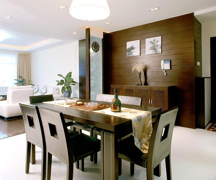 餐厅则是一个艺术的展示空间,设计师将具有中式风格的装饰元素散布其中,整面的木质墙饰、精致雕花、中式图案餐布……在玻璃、水银镜等材料的衬托下,更显洁净明快。餐厅与厨房之间的格栅推拉门营造了一种内玄关的感觉,同时又加深了公共空间的整体性与穿透感。一尊木雕,几幅单色的小画也表现了主人的脱俗气质,绿色盆景赋予了空间大自然的生命和活力。