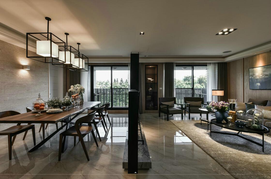 """现在家庭的简约不只是说装修,还反映在家居配饰上的简约,比如不打的屋子,就没有必要为了显得""""阔绰""""购置体积较大的物品,相反应该就生活必须需要的东西才购买,而且以不占面积、折叠、多功能为主。简约不等于简单,它是经过深思熟虑后经过创新得出的设计和思路的延展。"""