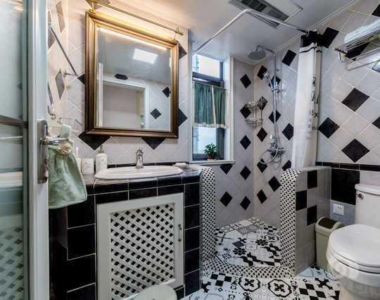 精心搭配的黑白配的卫生间在简单干净的同时又不失个性。