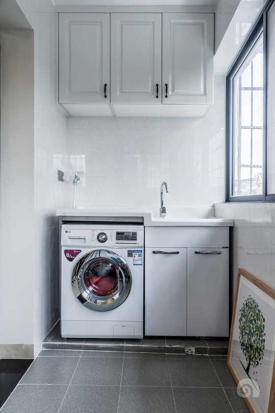 做一体式洗衣台,大家可以参考把地面抬高一点,这样不易藏污纳垢。