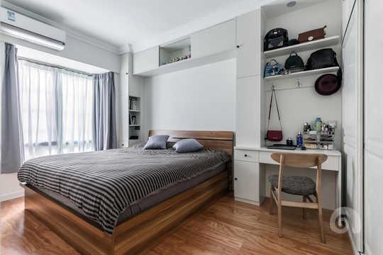 买一个不实用的床头柜,不如做一个多功能的床边柜。