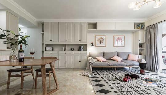 客厅并非一定就需要茶几,多点和孩子的互动空间未尝不可,客厅沙发简单 舒适 实用。