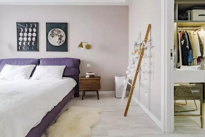 卧室把衣柜挪到衣帽间里,整体保持简洁优雅的氛围;