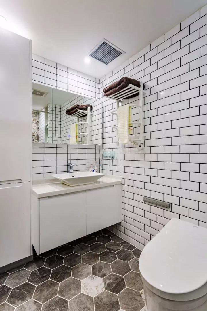 主人卫生间以小块白砖+六边形灰白地砖搭配,结合简约精致的洗手盆搭配,呈现出一个现代年轻的气息;