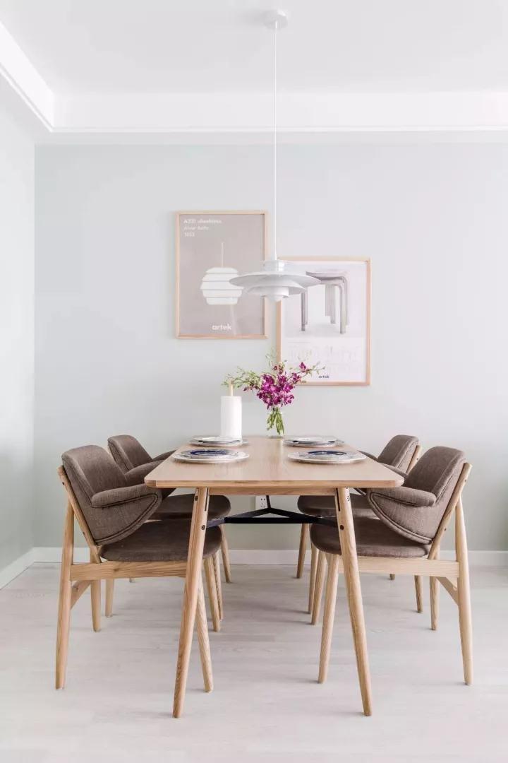 极简造型的原木餐桌椅,餐厅背景墙还挂了2幅原木画框的装饰画,整个餐厅显得清新自然而又高档大方;