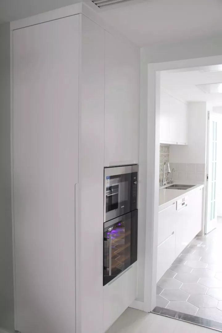 在厨房门外的柜体里,还嵌入了烤蒸箱,嵌入的设计显得简洁而又美观大方;