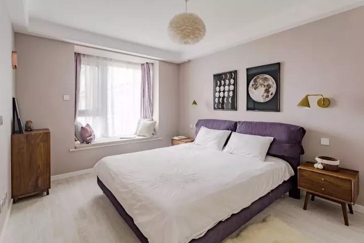 主卧墙面以淡淡的粉底,搭配上紫色的床与窗帘,营造出一个优雅性感的氛围,令人感受着温馨与浪漫的气息;
