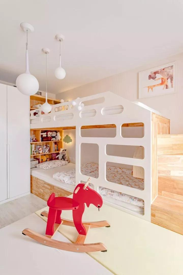 可爱童趣的空间,床头装上实用的书架,方便孩子培养睡前阅读的习惯;几盏圆形吊灯,在白色与木色的空间基调,衬托出一种独特的优雅氛围;
