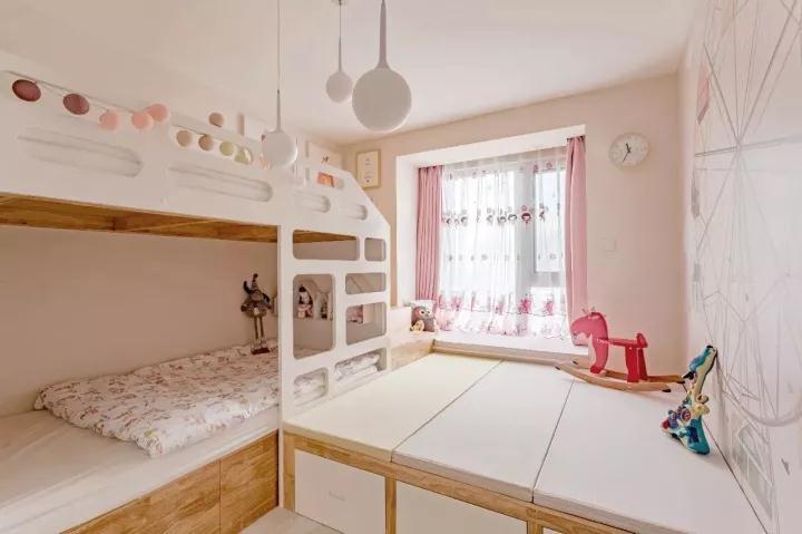 女儿房的格局思维比较创意,把榻榻米、飘窗与上下铺巧妙地结合在一起,让小空间也显得实用宽敞,同时榻榻米还为小女孩提供了一个童趣的活动空间;
