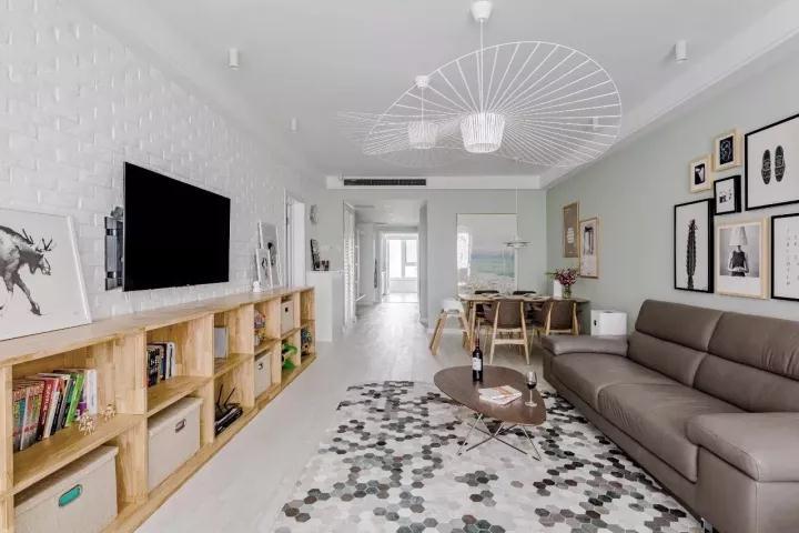 六边形拼接图案的地毯,搭配北欧范的深木色茶几,结合一套卡其色的皮沙发,整体显得格外的简洁舒适又大方;