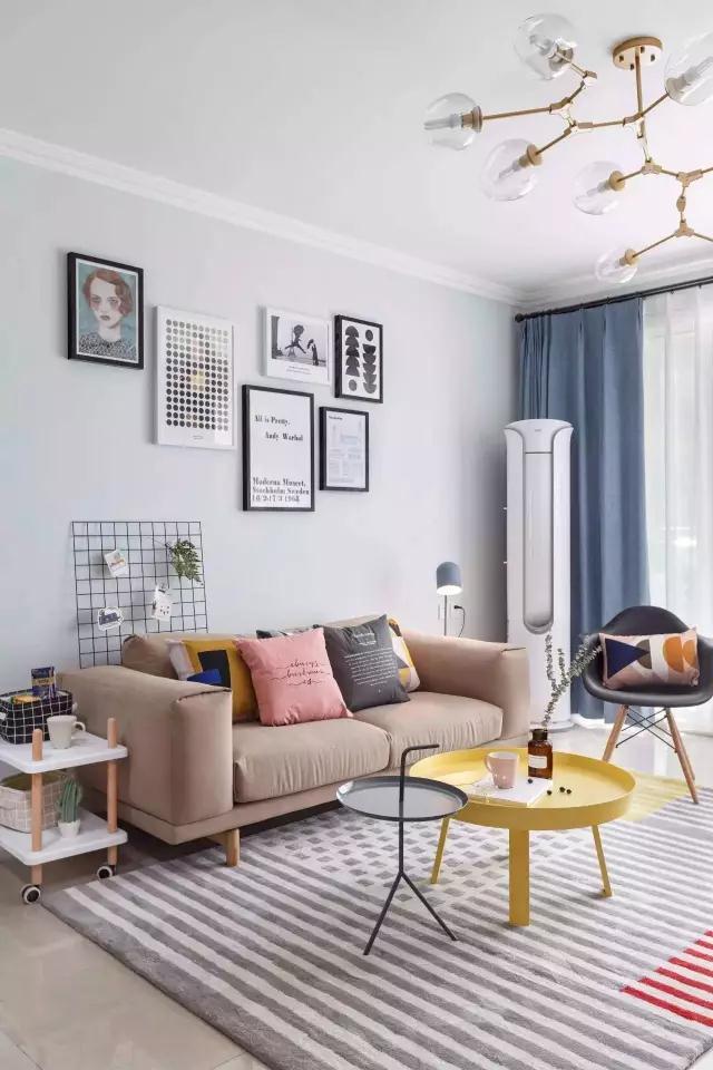 客厅的沙发背景墙是用一组黑白相框装饰画装饰,家具上则选择舒适的二人位沙发,搭配几款网红抱枕,地面再铺上一块地毯,假如躺在这里,我觉得心情一定是极好的。