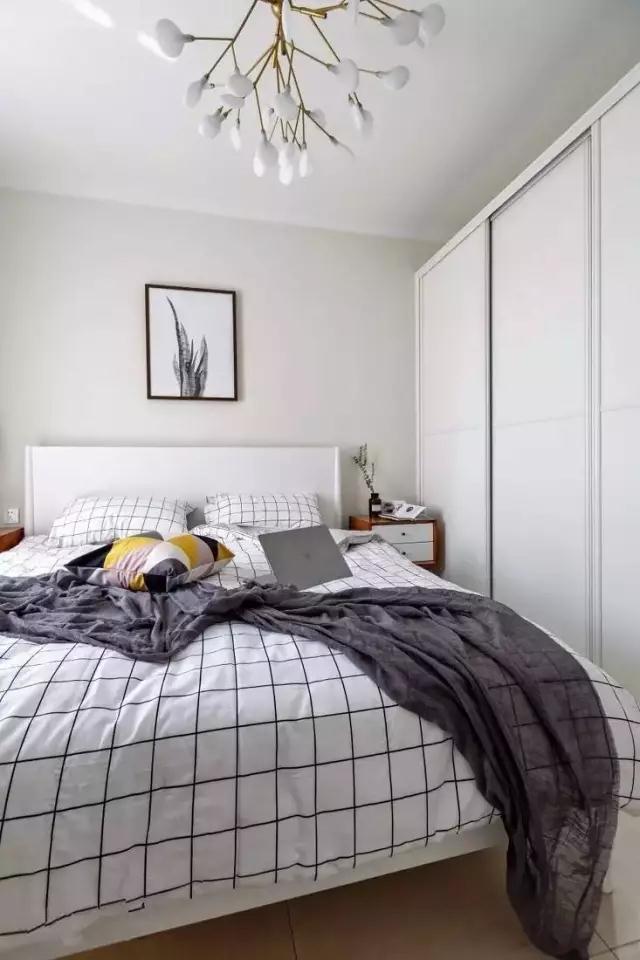 ◆温馨的卧室是离不开灰色的窗帘和盖毯的,还有木色的床头柜和多种颜色组合的抱枕,再加上一个顶天立地的大衣柜,完美的解决衣物的收纳问题,从而营造出一个舒适放松的卧室氛围。