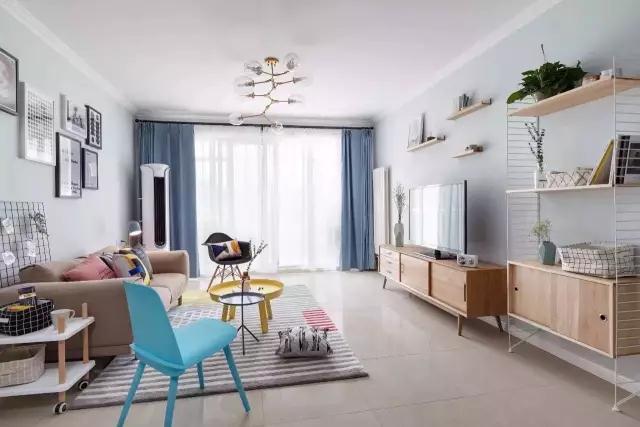 很多的北欧风客厅基本配色是白色加木色,但是在这里设计师还加了一些卡其色、柠檬黄色、蓝色及青色等。