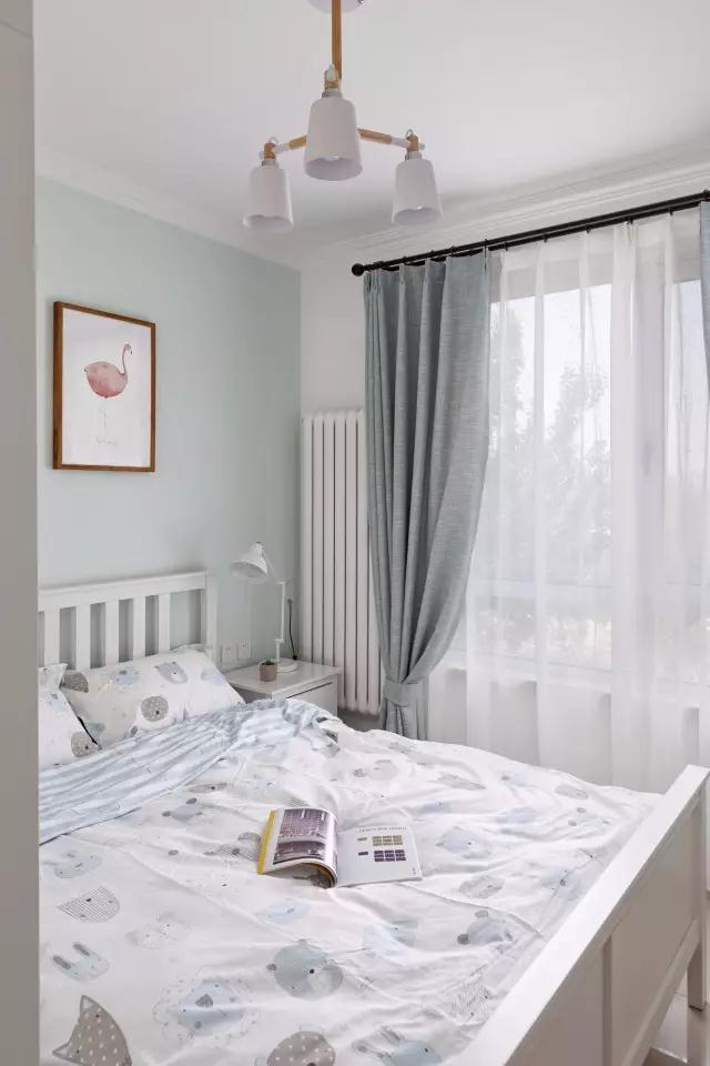 ◆次卧的搭配也是非常简单的,背景墙刷成了浅绿色,再搭配白色的家具,浅蓝灰色的窗帘,总体来讲这个卧室的颜色很有层次感,很清新,也很适合文艺青年哦。