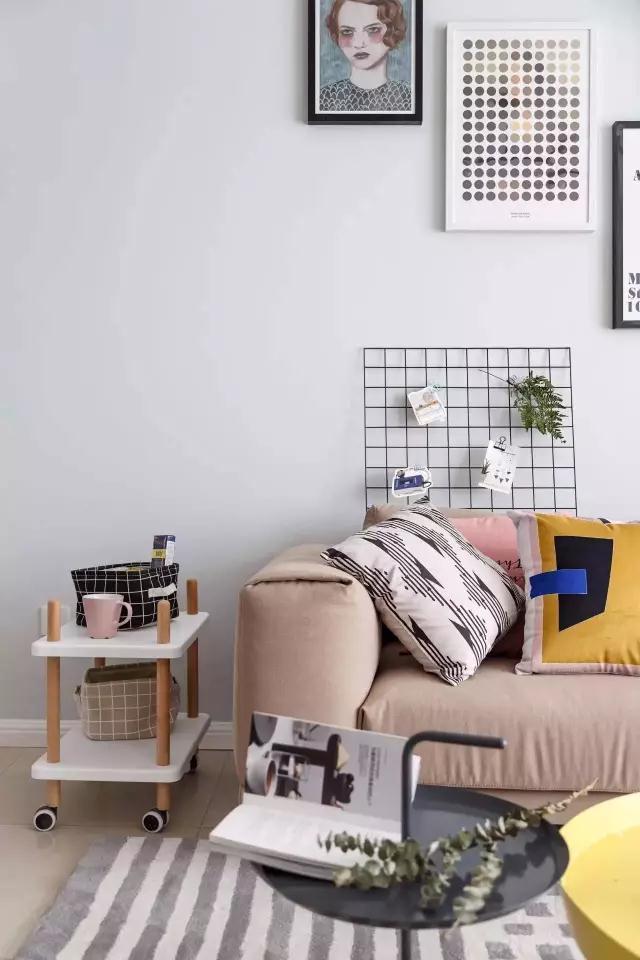 再一个很细心的设计就是沙发边上的小推车,方便又实用,真的是哪里需要就能推到那里,卡其色的沙发和小推车也蛮搭配哦。