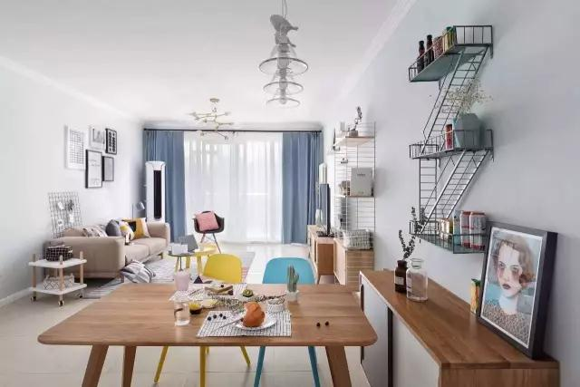 ◆从餐厅的角度看向客厅,视觉效果就显得十分轻松了,墙面、天花及地面都是同材料做成了一体,颜色的冲击感自然和谐。加上客厅阳台处的大推拉门,浅蓝色的窗帘搭配纯白的内窗帘,在阳光的照射下整个客厅看起来更加的明亮通透。