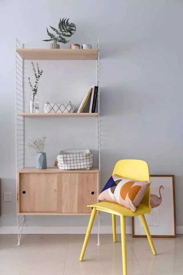 其中柠檬黄色的茶几和青色的单椅,可以很好的让空间在色彩上有一个视觉上的冲击感,这样一来整个空间就会变得更加丰富多彩,视觉效果也会更佳。