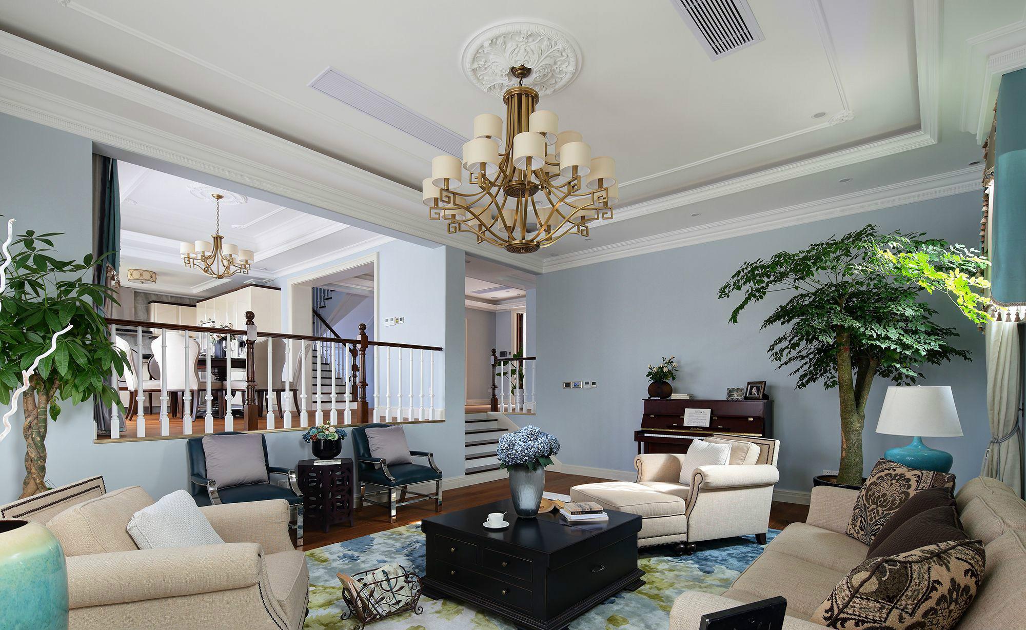 美式家居的书房简单实用,但软装颇为丰富,各种象征主人过去生活经历的陈设一应俱全,被翻卷边的古旧书籍、颜色发黄的航海地图、乡村风景的油画、一支鹅毛笔……即使是装饰品,这些东西也足以为书房的美式风格加分。家庭室:家庭室作为家庭成员休息交流的中心,属私密性很强的空间,一般设于餐厅旁,并有电视机,同时沙发和座椅选择轻松明快的式样,室内绿化也较为丰富,装饰画较多。