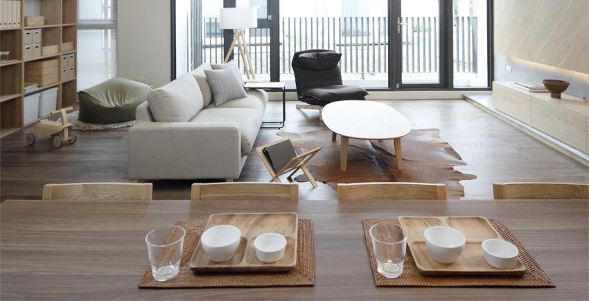 """日韩的家具因为人的这种生活态度,而呈现""""低姿""""的特色,很难发现夸张的家具。日韩席地而坐的习惯,仍在普通人家沿袭,这种贴近自然的生活态度,也让家具富有""""低姿""""特色。这样,家的空间利用就更加紧凑。与奢华、张扬的欧式家具相比,日韩家具犹如小家碧玉,非常适合亚洲人的身材。在客厅中,沙发和茶几的高度大多接近地面,有的人家甚至没有茶几,而是用托盘。卧室里床的高度也是接近地面的,长度和宽度均给人以""""刚刚好""""的感觉。因此榻榻米,自然原木的地板也是日韩室内装修的首选。?"""