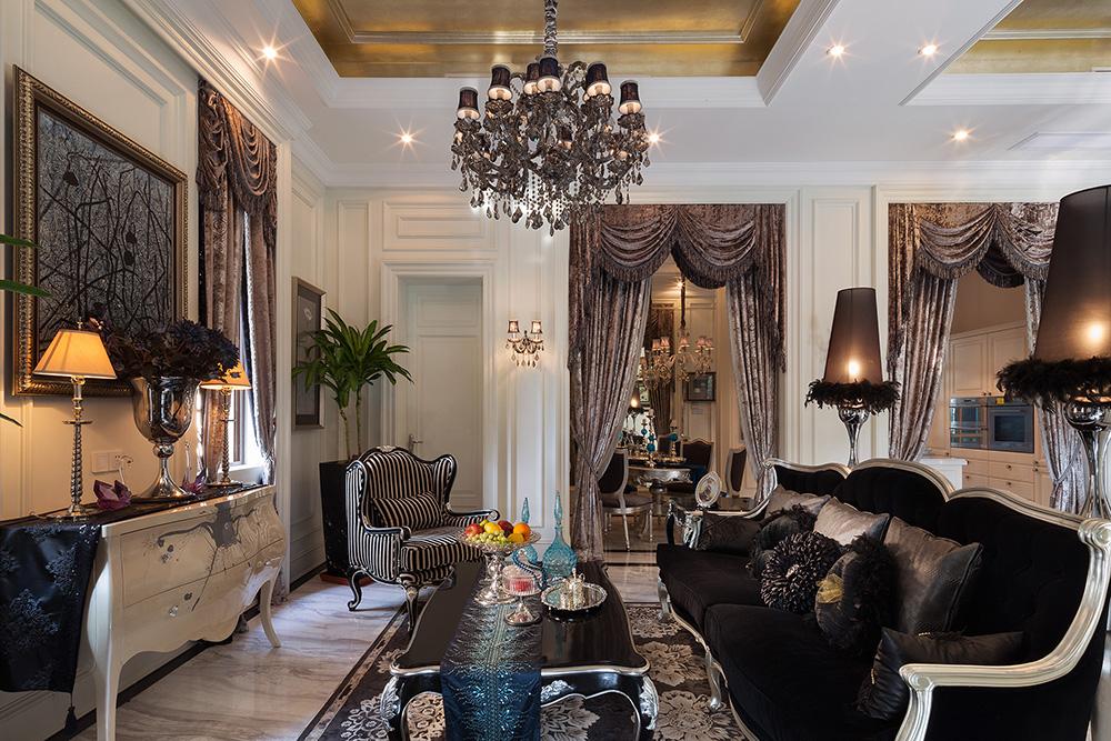 中国传统风格的装修,以宫殿建筑的室内设计风格为代表,在总体上体现出一种气势恢宏、壮丽华贵、细腻大方的大家风范。建筑格局讲究高空间、大进深。室内门廊 等处喜用木质圆柱,柱式简洁圆浑,色泽艳丽。雕梁画栋、匾额楹联、屏风隔断、织帐竹帘,虚灵典雅。装饰材料以木质为主,讲究雕刻彩绘,造型古雅。家具陈设 讲究对称,极重文脉意蕴,擅用字画、卷轴、古玩、金石、山水盆景等加以点缀,渲染出满室书香,一堂雅气。天天置身于这样一个充满书卷气的环境中,观芝兰之 风雅,赏竹菊之清幽,身心都得到艺术的陶冶,美的享受。这便是中国传统家居文化的独特魅力。