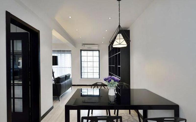 通过家具、吊顶、地面材料、摆设品乃至光线的变化来表达不同功能空间的划分,而且这类划分又跟着不同的时间段表现出灵便性、兼容性以及活动性。