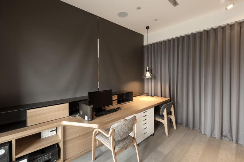 """日韩的家具因为人的这种生活态度,而呈现""""低姿""""的特色,很难发现夸张的家具。日韩席地而坐的习惯,仍在普通人家沿袭,这种贴近自然的生活态度,也让家具富有""""低姿""""特色。这样,家的空间利用就更加紧凑。与奢华、张扬的欧式家具相比,日韩家具犹如小家碧玉,非常适合亚洲人的身材。在客厅中,沙发和茶几的高度大多接近地面,有的人家甚至没有茶几,而是用托盘。卧室里床的高度也是接近地面的,长度和宽度均给人以""""刚刚好""""的感觉。因此榻榻米,自然原木的地板也是日韩室内装修的首选。"""