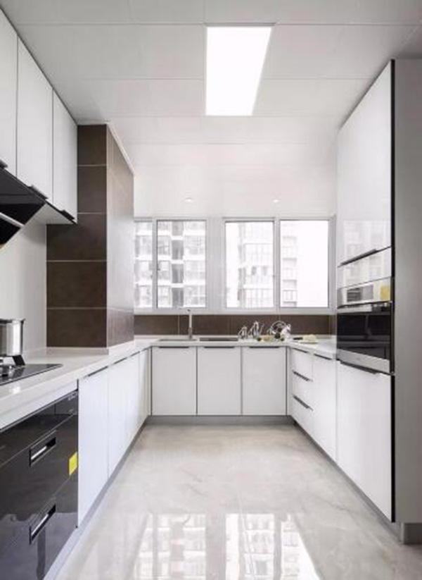 客厅的装修风格。客厅作为待客区域,一般要求简洁明快,同时装修较其它空间要更明快光鲜。